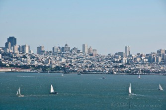 Sailing on the move before the city skyline.